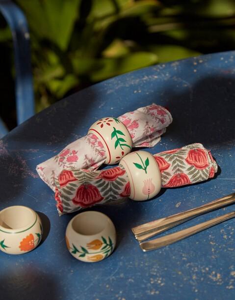 ronds de serviettes en bois et à fleurs