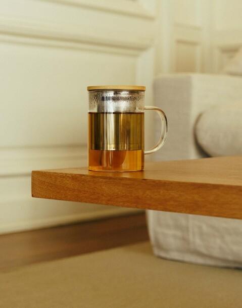 taza con infusor y tapa