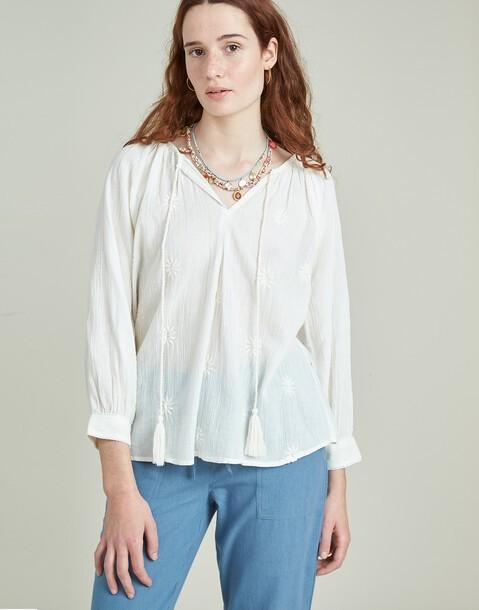 blusa con bordado y pompones