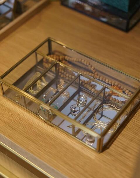 caja vidrio y metal