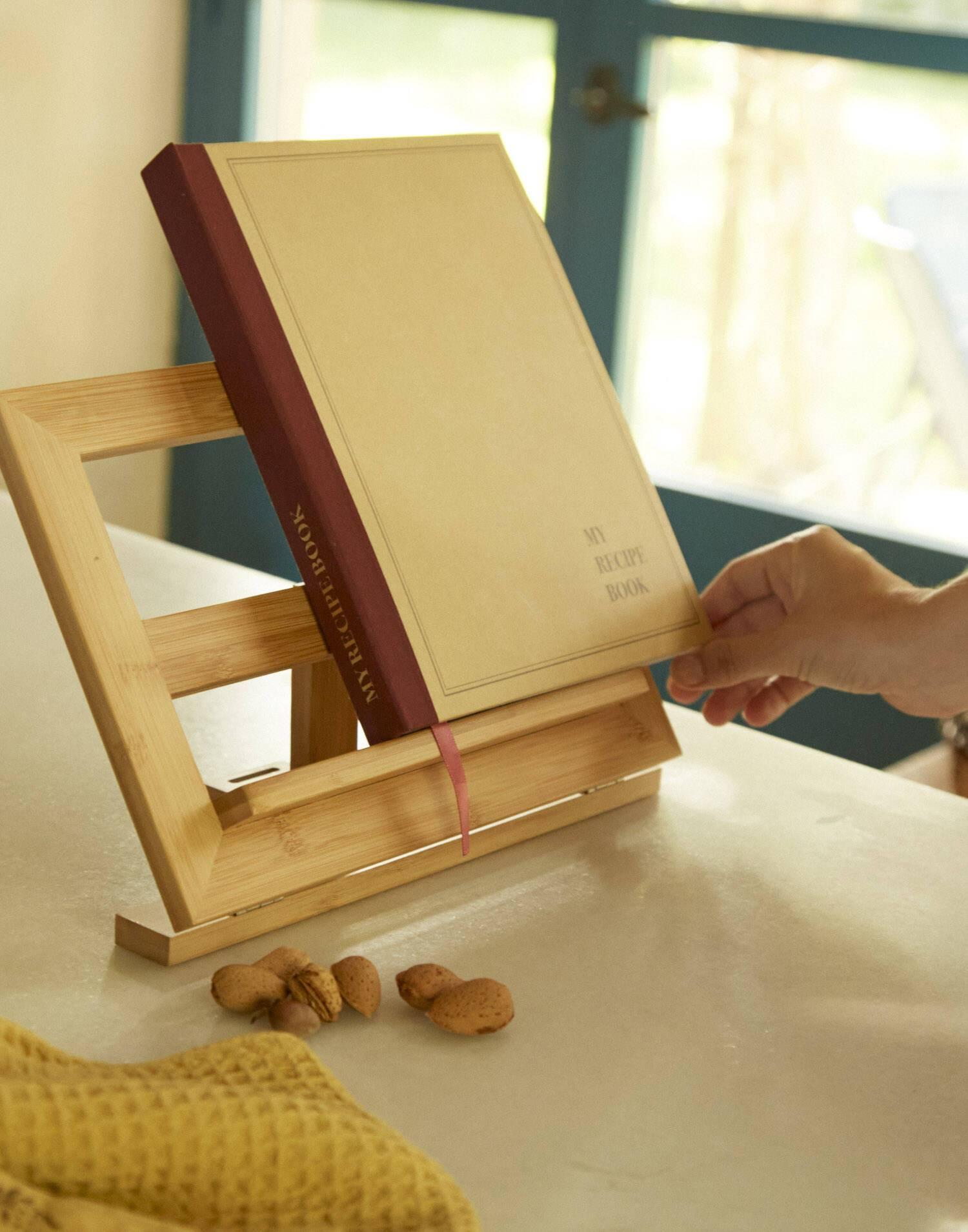 Buch-/tablet-ständer aus bambus