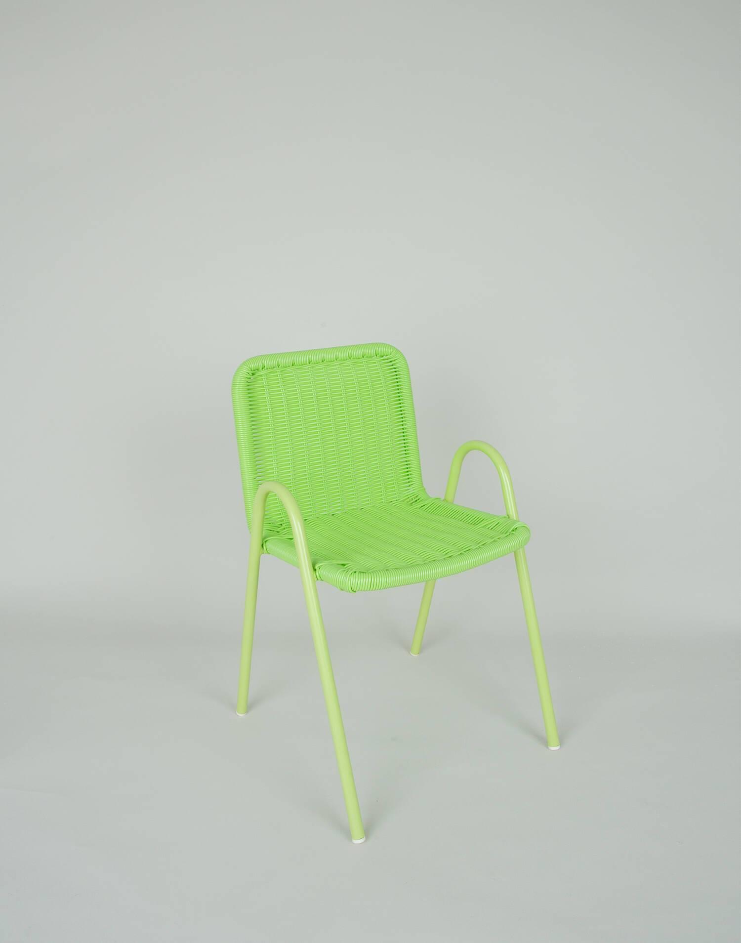Kinderstuhl aus grünem harz