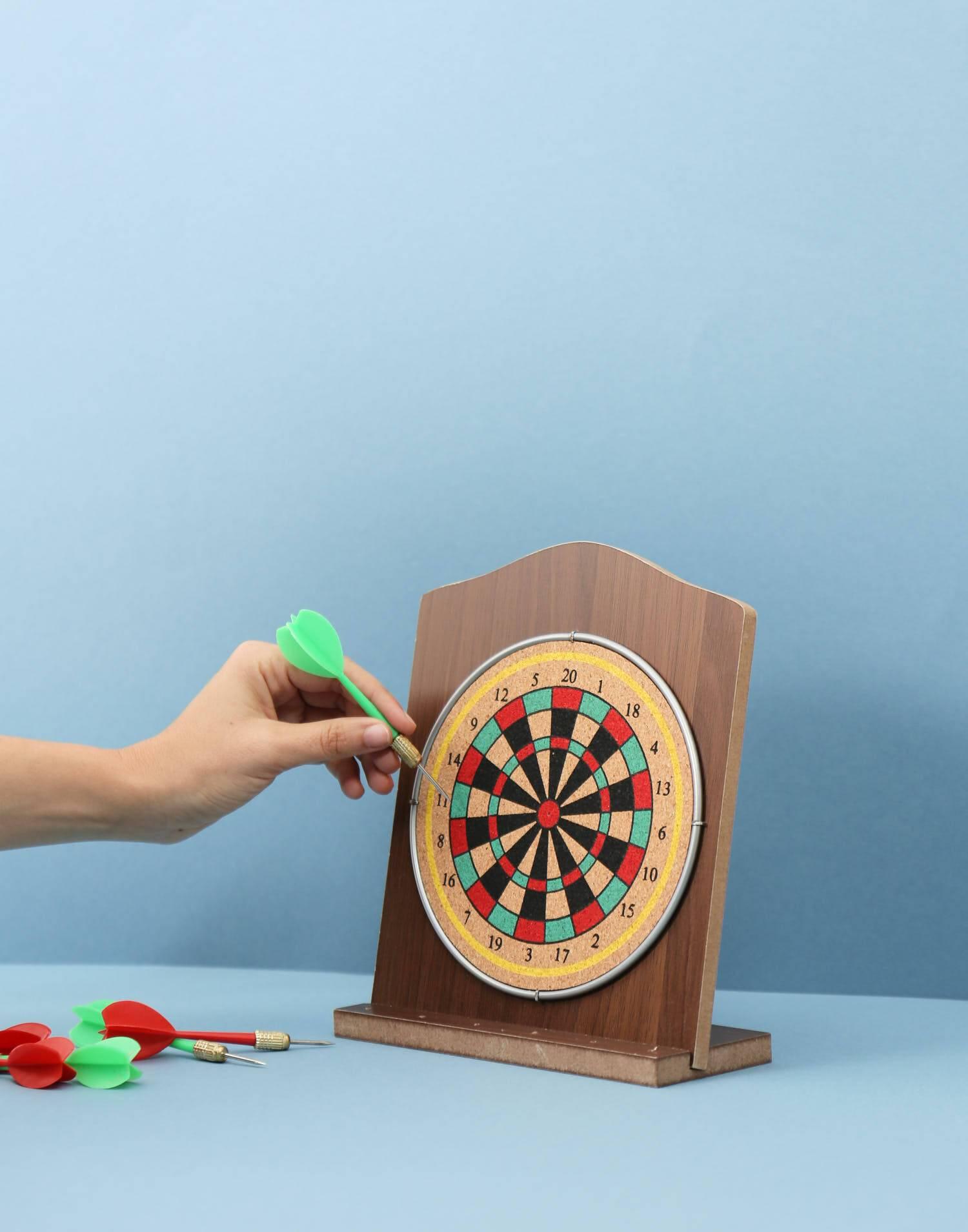 Dartspiel aus holz mit 6 dartpfeilen