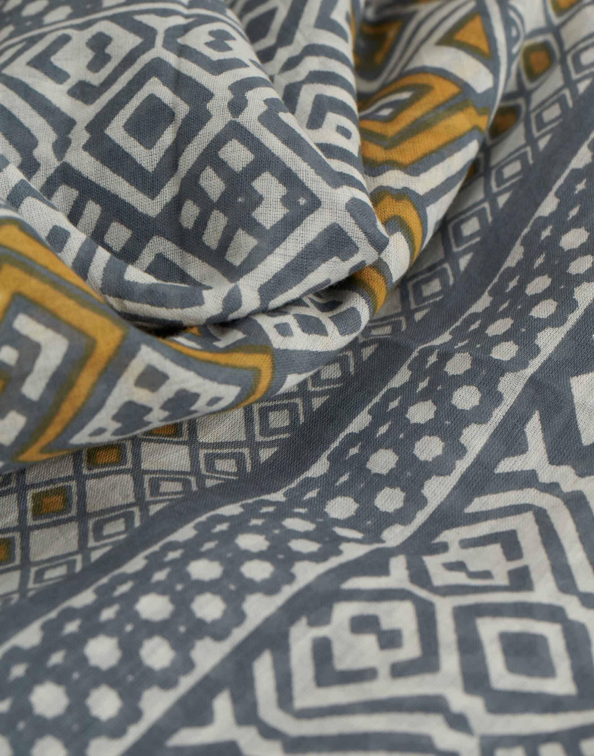 Fular print geométrico tricolor