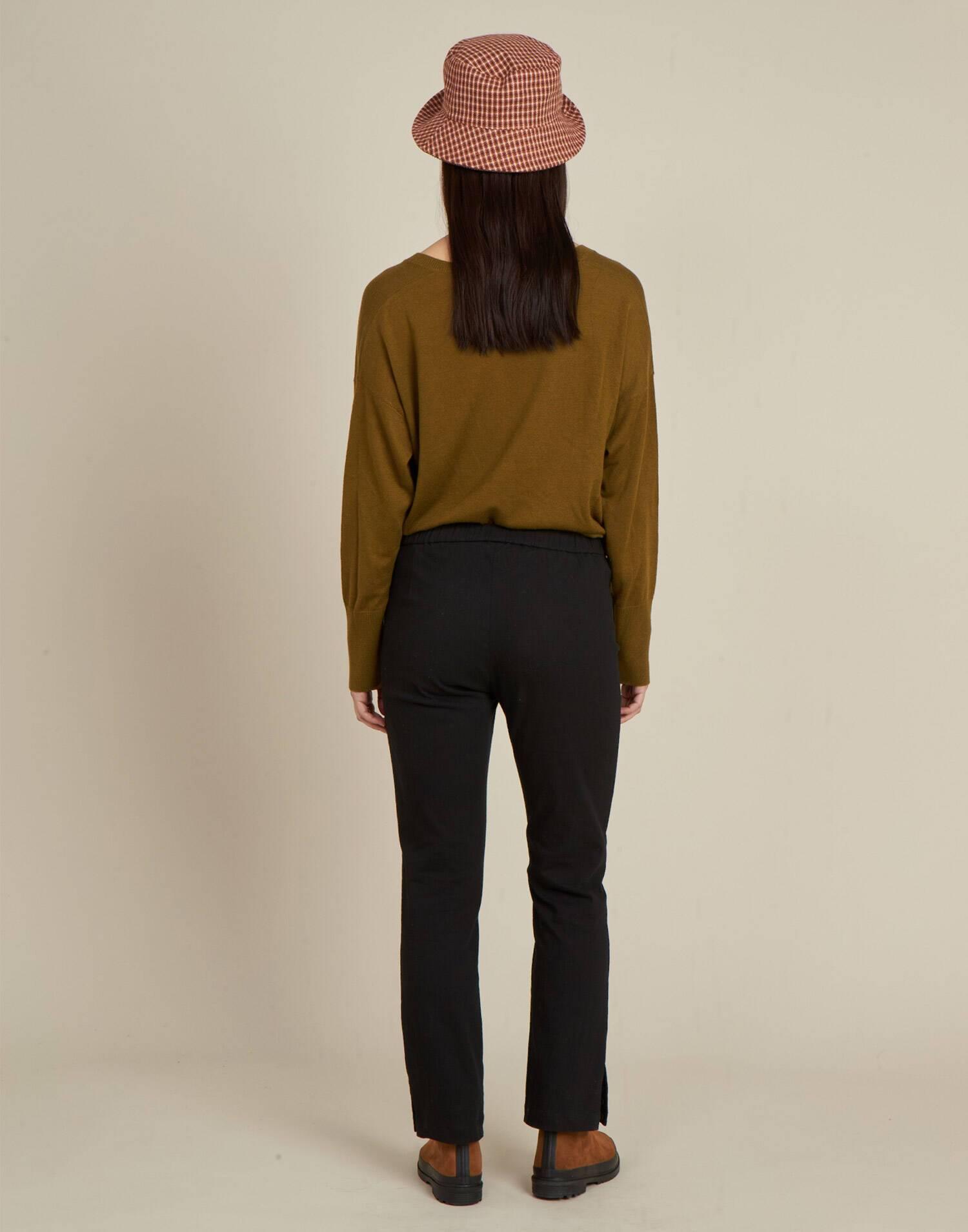 Pantalón básico con botones en el bajo
