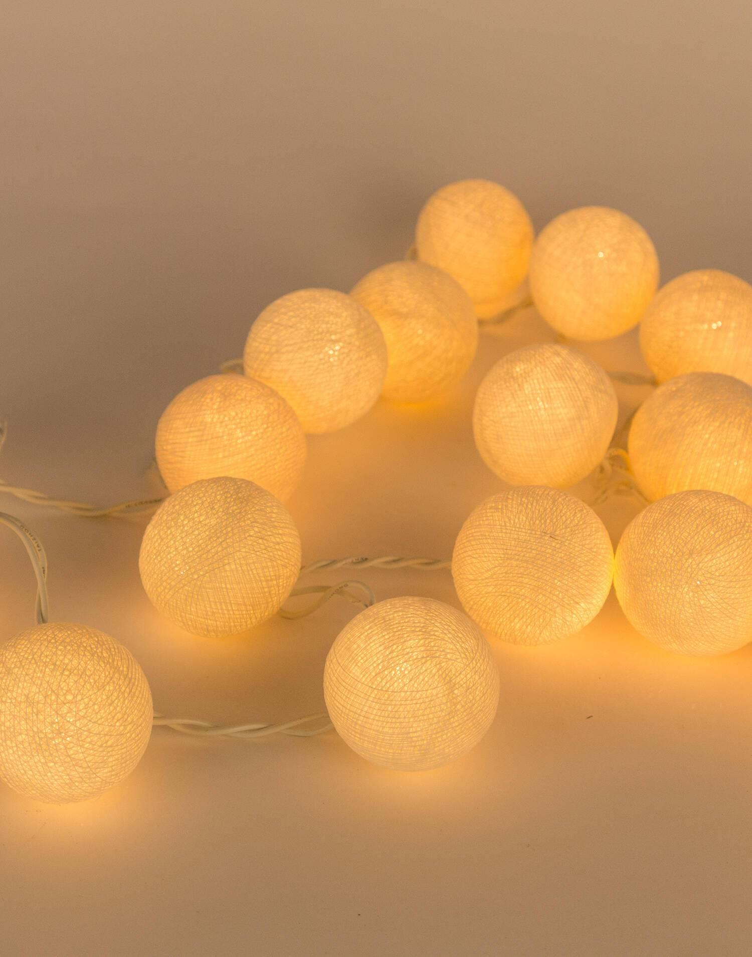 Lichterkette aus papierkugeln