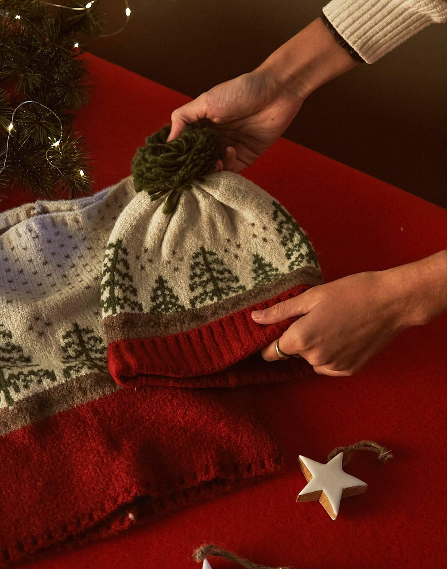 berretto e sciarpa tubolare paesaggio natalizio