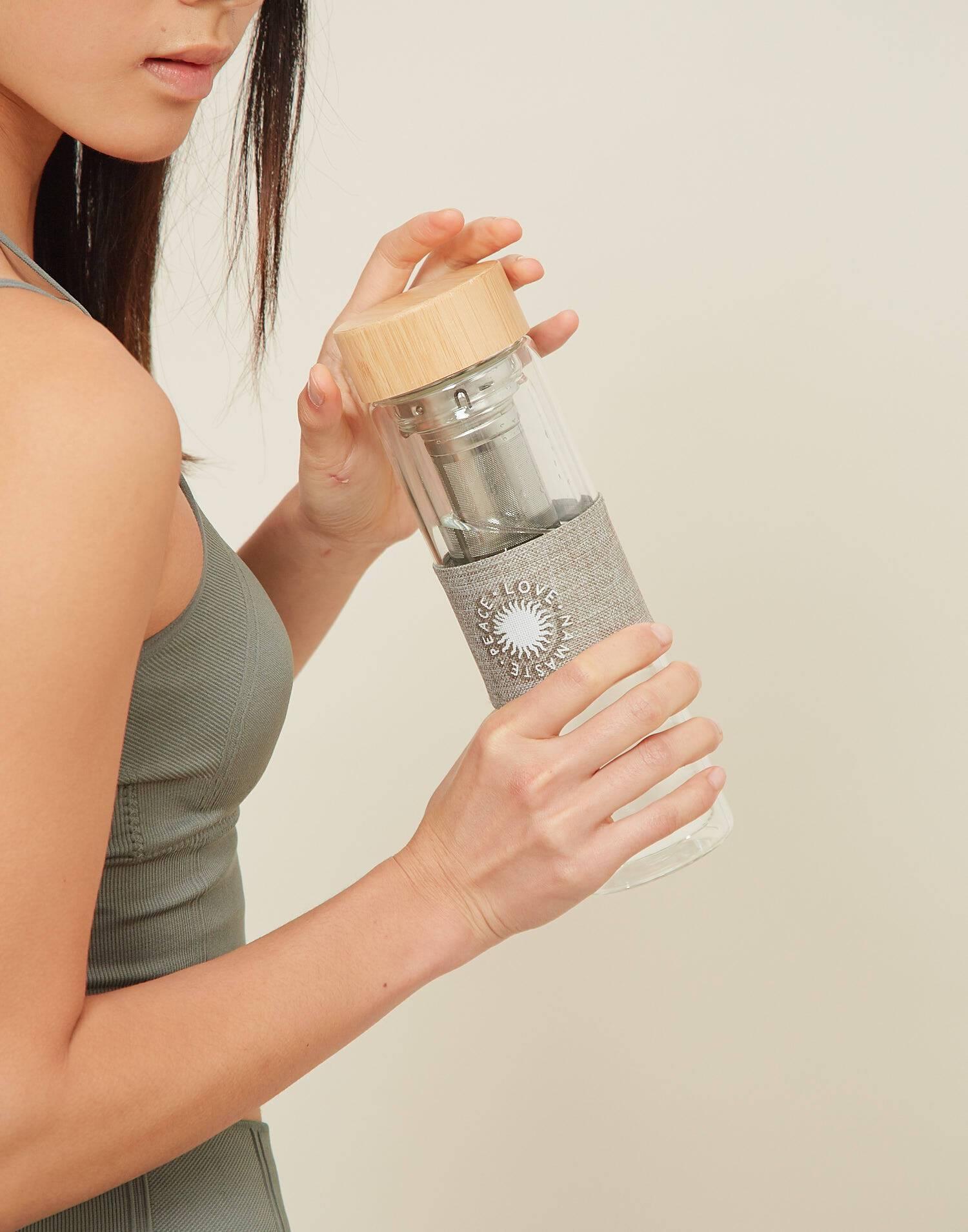 Flasche mit teesieb und bambusdeckel namaste