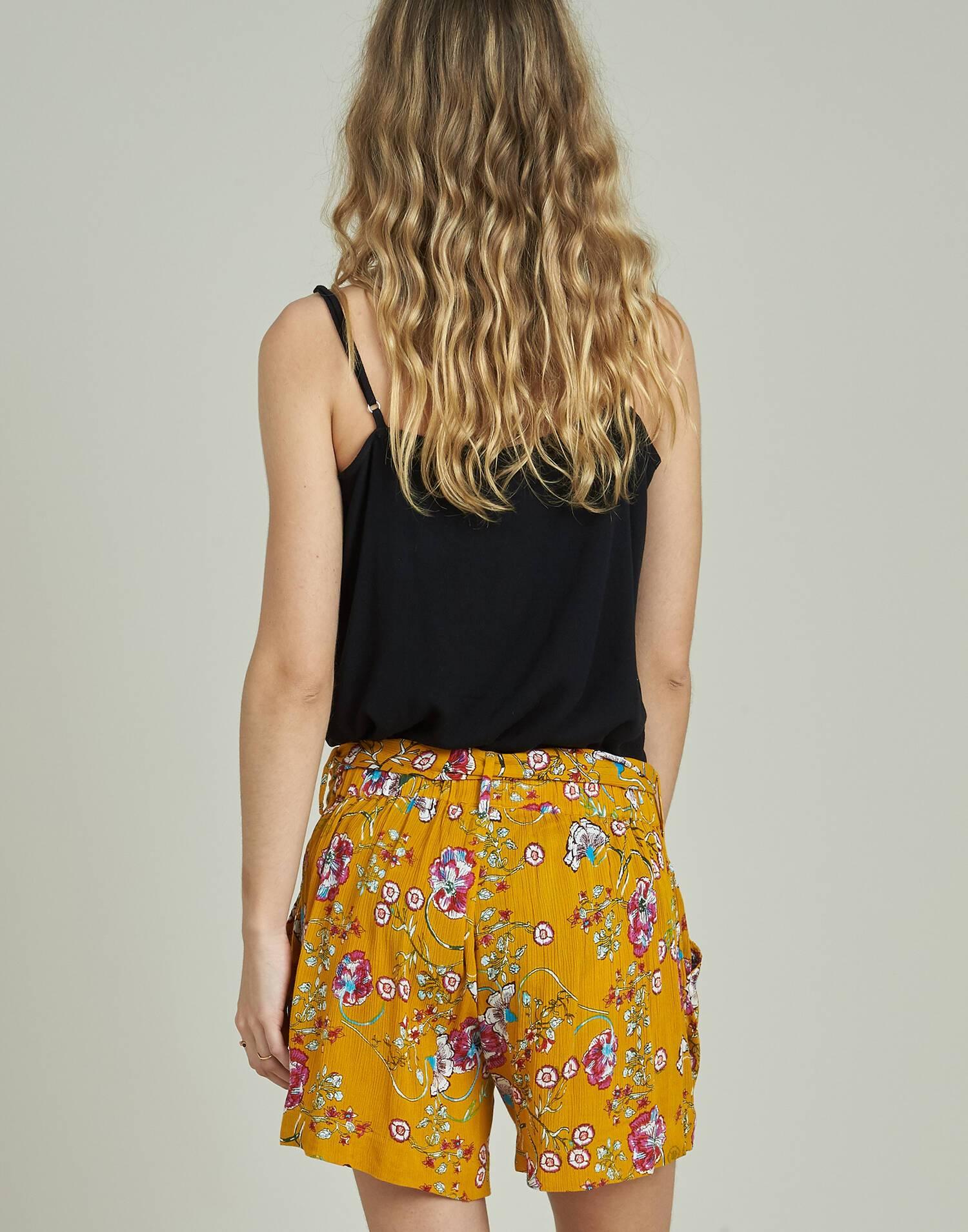 Short con cinturón flores