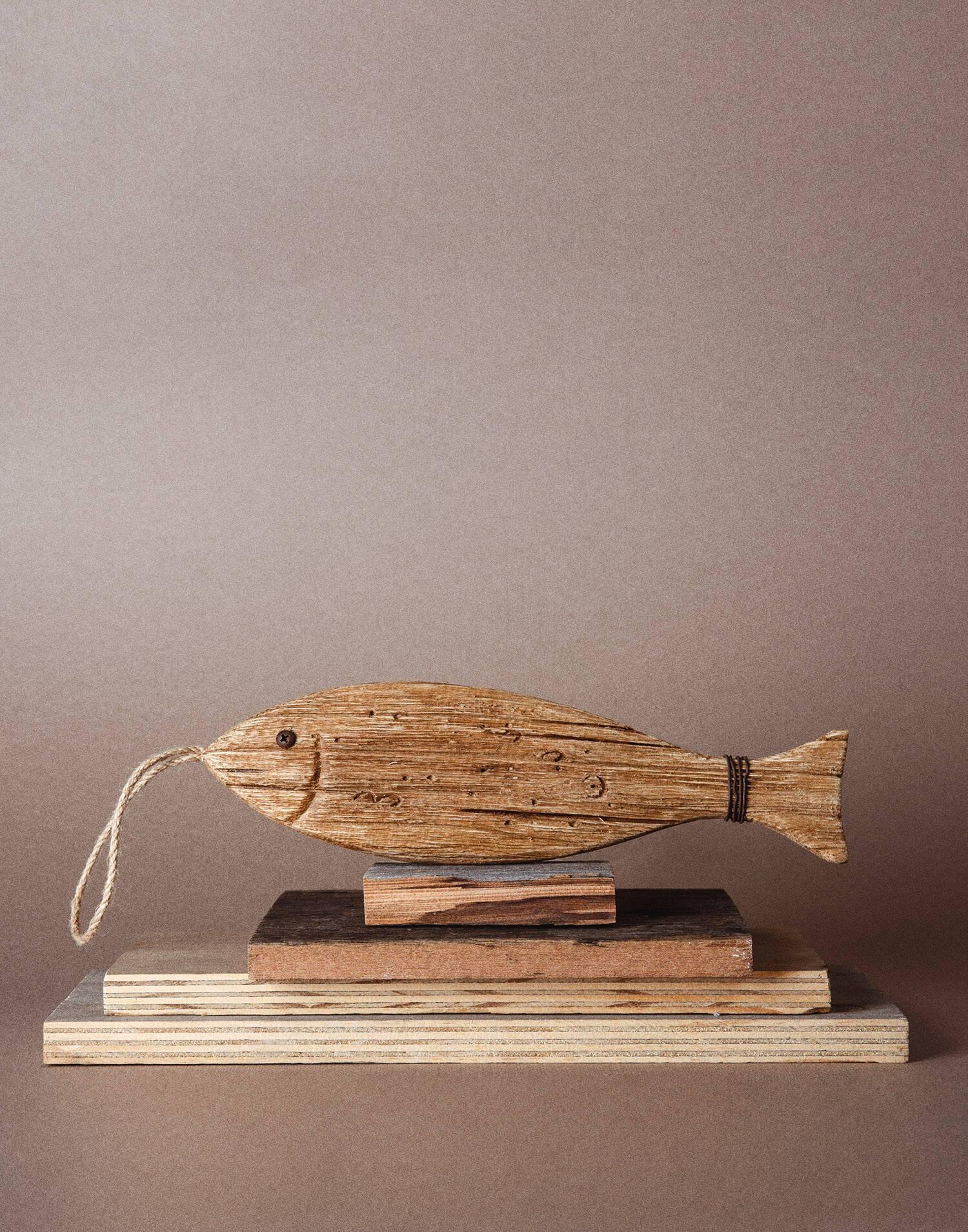 Pez de madera con cuerda